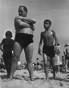 MO.ManwithboysatConeyIsland1938